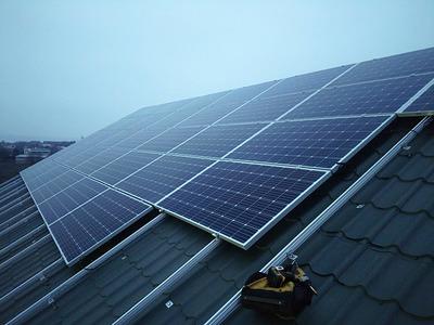 Установка солнечных панелей на крыше от компании Ренеко